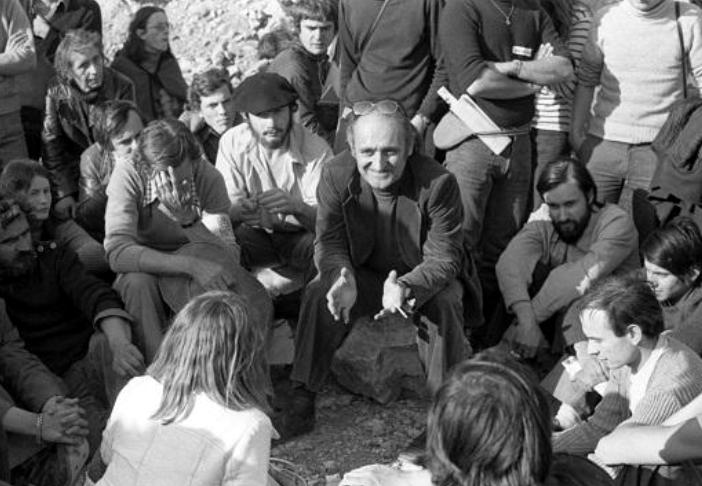 Robert Lafont lors d'un rassemblement contre le camp du Larzac.