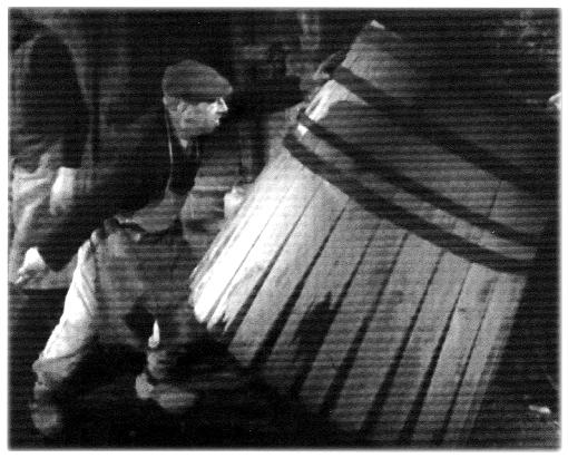 L'ouvrier dresse le fût (Le Tonnelier, Les Documents Cinématographiques)