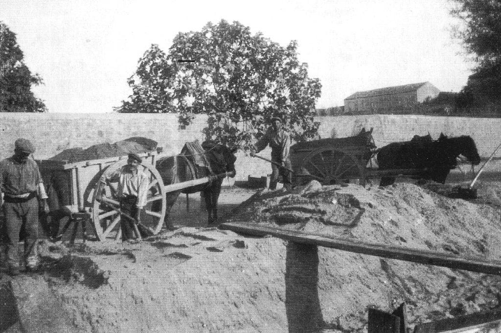 En 1907, le sable rapporté avec des seaux sur la rive, est chargé à la pelle dans des charrettes. (© collection Alain Carles)