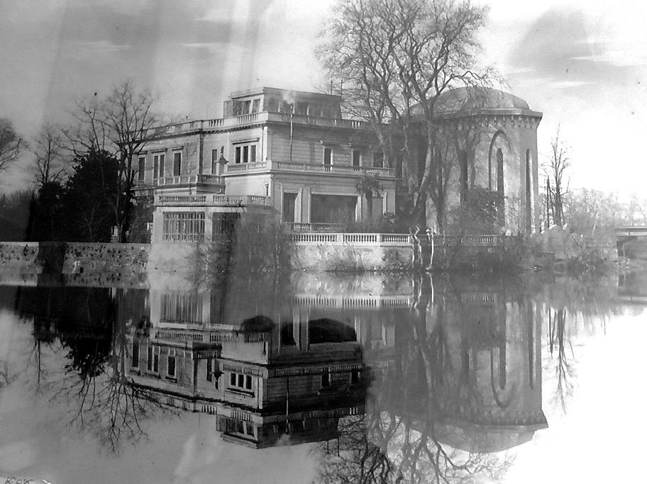 Vue extérieure (façade Est) de la villa Laurens et ses terrasses à balustres sur le fleuve Hérault