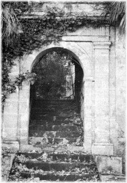 Porte au niveau de la route (Photo : M. Peyron)