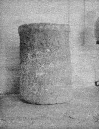 Cippe funéraire grec. Hauteur 60 cm. Indiquait l'emplacement d'une tombe
