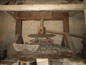 Pressoir à vin du Musée du Vin de Beaune. Photo Prosopee
