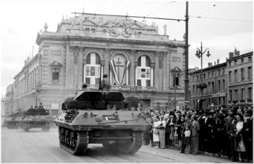 Scène de la libération de Montpellier, défilé de chars Place de la Comédie