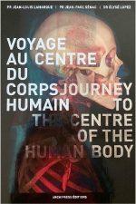 Aujourd'hui, radiologues et artistes jouent pareillement du contraste de touches juxtaposées « tombées » de leur technique ou de leur intuition du sensible, pour réaliser des oeuvres abouties. Leur dialogue n'en est qu'à ses débuts. 125 ans après l'apparition des rayons X et de la radiographie, cet ouvrage Voyage au centre du corps humain, invite à l'exploration de notre corps – de la tête aux pieds – et propose une lecture artistique et philosophique de ce que l'on appelle aujourd'hui « l'imagerie médicale ». Ce livre composé avec la complicité des professeurs Jean-Louis Lamarque, Jean-Paul Sénac et du Docteur Elysé Lopez – éminents spécialistes de l'Université de médecine de Montpellier – accueille également les écrits de la journaliste de santé Cécile Coumau et du Professeur François-Bernard Michel. […]